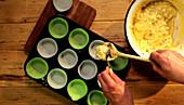 Rührteig in Muffinförmchen füllen