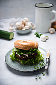 Bagel mit Champignon-Seitan-Patty (vegan)