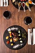 Beef Tatar und Rinderfilet mit Gänseleber und Zucchini