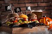 Halloween-Burger mit Piratenflaggen
