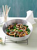 Sesam-Hähnchen mit Gemüse aus dem Wok