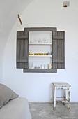 Eingebautes Regal in eine Nische mit Fensterläden im Wohnzimmer