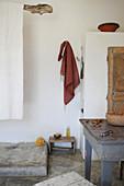 Offene Dusche im rustikalen Wohnraum mit Esstisch