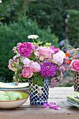 Ton-in-Ton Strauß aus Rosen, Dahlien, Sterndolde und Schafgarbe
