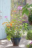 Sommerblumen in handgetöpferter Keramik