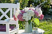 Strauß aus Blüten der Strauchhortensie 'Pink Annabelle' und 'Annabelle'