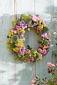 Hängender Kranz mit Mini-Rosen, Frauenmantel, Lavendel