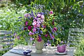 Üppiger Strauß aus Rosen, Steppensalbei und Frauenmantel