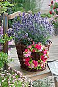 Lavendel mit Kranz aus Rosenblüten, Frauenmantel und Himbeeren