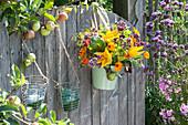 Bunter Gemüse - Kräuter - Strauß am Gartentor