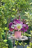 Strauß aus Dahlie, Sonnenhut, Flammenblumen  und Knöterich auf Holzscheibe