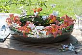 Kranz aus Taglilien und Prachtkerze in Kupferschale