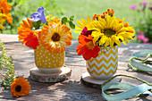 Kleine Sträuße mit Sonnenblume, Ringelblume und Kapuzinerkresse