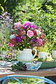 Strauß aus Rosen, Schafgarbe, Dahlien, Sterndolde und Ehrenpreis