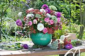 Üppiges Tischgesteck aus Rosen, Dahlien, Knorpelmöhre und Schafgarbe