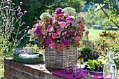 Üppiger Strauß aus Rosen, Dahlien, Knorpelmöhre und Schafgarbe