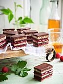 Petit Fours aus Schokolade, Haselnüssen und Beeren