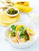 Fisch-Tacos mit Chili, Radieschen und Creme Fraiche