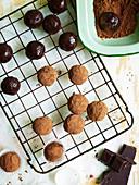 Rumtrüffeln mit Schokoladenglasur und Kakaopulver