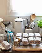 Lamingtons (Kuchenstücke mit Schokoladenglasur und Kokosraspeln, Australien)