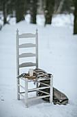 Egg Nogg auf Holzstuhl im Schnee