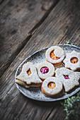 Linzer Weihnachtsplätzchen mit Fruchtfüllung und Puderzucker