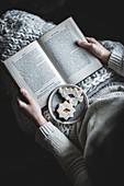 Frau mit Buch und Linzer Weihnachtsplätzchen
