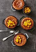 Lauwarmer Schokoladenkuchen mit Ananas-Chutney