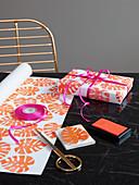 DIY-Geschenkpapier, farbig bestempelt