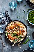 Hähnchenschenkel in cremiger Pilz-Knoblauch-Sauce mit frischem Estragon