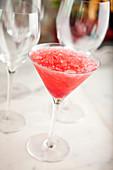 Erdbeer-Mocktail mit Crushed Ice