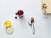 Citrus Curd, Beerengrütze, Balsamico-Schoko-Mousse, Cashew-Karamell-Eis