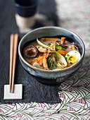 Shoyu-Ramen mit Schweinefleisch, Garnelen, Ei und Pilzen