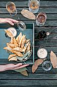 Crostoli und Ricotta-Paprika-Dip mit Frühlingszwiebeln