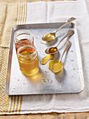 Verschiedene Honigsorten im Glas und auf Löffel