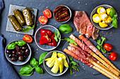 Verschiedene italienische Antipasti auf Schieferbrett