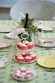 Etagere mit Muffins auf dem sommerlich gedeckten Tisch
