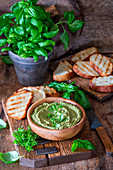 Basilikum-Hummus mit Röstbrot