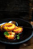 Gebratene Pfirsiche mit Lavendel