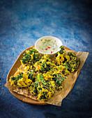 Frittierter Grünkohl mit Curry-Panade, serviert mit Joghurt