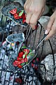 Gegrilltes Kohlebrot mit Tomaten belegen