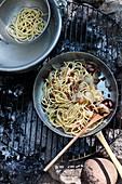 Spaghetti mit Zwiebeln und Speck vom Grill