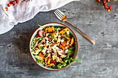 Herbstlicher Nudelsalat mit Rucola, Kürbis, Beluga-Linsen, Tomaten, Parmaschinken, Parmesan