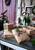 Natürlich verpackte Weihnachtsgeschenke
