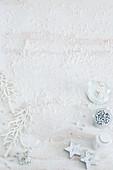 Weihnachtsdekoration auf weißem Untergrund