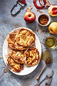 Apfelpfannkuchen mit Zimt und Honig