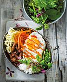 Bibimbap Bowl mit Rindfleisch, Ei und Gemüse (Korea)