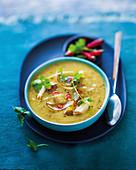 Currysuppe mit Süßkartoffeln und Hähnchen