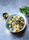 Kartoffel-Grünkohl-Gratin mit Blauschimmelkäse und Walnüssen