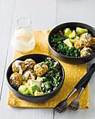 Buddha Bowl mit Süsskartoffel-Falafel, Avocado und Grünkohl